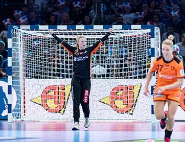 Tess Wester op doel in Nederlands Handbal team.